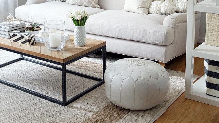 Beli taburet v dnevni sobi