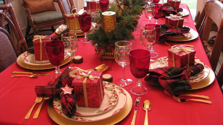 Praznično okrašena miza