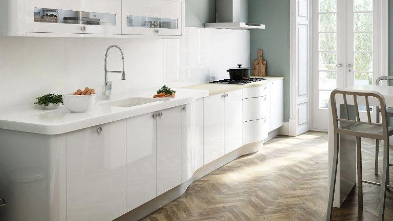 Svetleča bela kuhinja